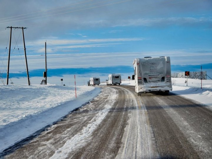 6491673-motorcaravanning-on-ice-1